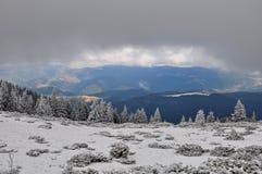 Paisagem do inverno em montanhas Carpathian Fotos de Stock Royalty Free