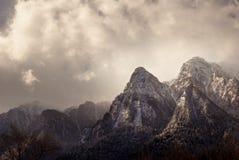 Paisagem do inverno em montanhas de Carpathians A Transilvânia, Romania imagens de stock