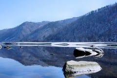 Paisagem do inverno Lago de madeira sob a neve e o gelo Inverno Foto de Stock Royalty Free