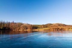 Paisagem do inverno/mola com lagoa congelada Imagem de Stock