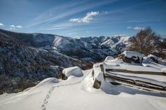 Paisagem do inverno, montanhas neve-tampadas e cerca Fotografia de Stock