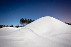 Paisagem do inverno na noite fotos de stock