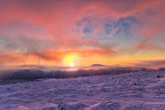 Paisagem do inverno nas montanhas no nascer do sol Fotos de Stock Royalty Free