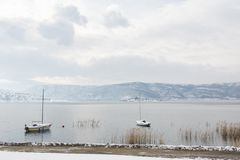Paisagem do inverno no lago Vegoritis foto de stock