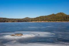 Paisagem do inverno Pescador na água congelada do lago, floresta Bulgária do pinho, montanhas de Rhodopes, lago Shiroka Polyana imagens de stock royalty free
