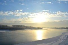 Paisagem do inverno do rio com reflexões do sol Natureza selvagem Fotos de Stock