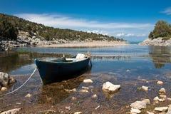 Paisagem do lago com barco. Fotografia de Stock Royalty Free