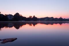 Paisagem do lago com casas foto de stock royalty free