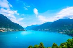 Paisagem do lago Como Lago, cumes e de vila de Carate Laglio opinião, Fotos de Stock