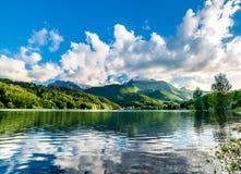 Paisagem do lago da montanha do verão sobre o céu azul antes do por do sol Fotos de Stock Royalty Free