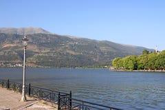 Paisagem do lago e da mesquita Ioannina Foto de Stock Royalty Free