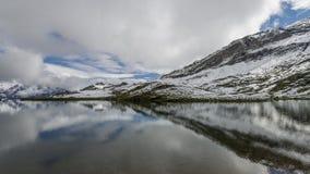 Paisagem do lago e dos cumes das montanhas fotografia de stock