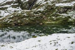 Paisagem do lago e dos cumes das montanhas fotos de stock