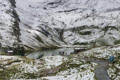 Paisagem do lago e dos cumes das montanhas foto de stock