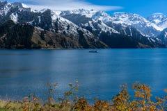 Paisagem do lago highland com cena nevado da montanha do fundo no outono em Xinjiang, porcelana foto de stock
