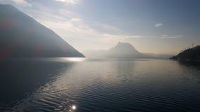 Paisagem do lago Lugano, névoa fotos de stock
