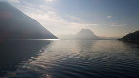 Paisagem do lago Lugano, névoa foto de stock