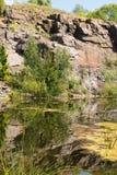 Paisagem do lago nas rochas Imagens de Stock Royalty Free