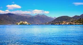 Paisagem do lago Orta Vila de Orta San Giulio e ilha Isola S Fotografia de Stock Royalty Free