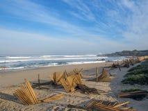 Paisagem do litoral de Oceano Atlântico ao longo da maneira de Saint James em Portugal, Europa foto de stock