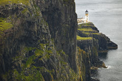 Paisagem do litoral na ilha de Skye com farol scotland Reino Unido Fotografia de Stock