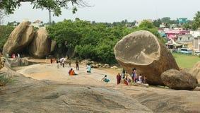 Paisagem do mahabalipuram com krishna' bola da manteiga de s fotos de stock royalty free
