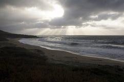 Paisagem do mar áspero com o céu nebuloso pela tempestade e explosão do lig Fotos de Stock