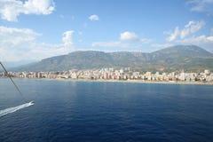 Paisagem do mar e da montanha com o litoral, os beachs e os hotéis fotos de stock royalty free