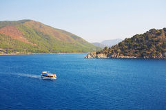 Paisagem do Mar Egeu com navio fotografia de stock