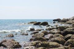 Paisagem do mar Noite na pedra Imagens de Stock