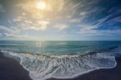 Paisagem do mar Praia abandonada selvagem com areia preta imagem de stock royalty free