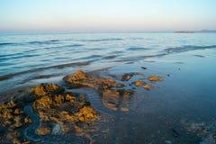 Paisagem do mar, praia, por do sol no mar, céu vermelho, por do sol impetuoso Fotografia de Stock Royalty Free