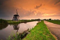 Paisagem do moinho de vento do por do sol fotos de stock
