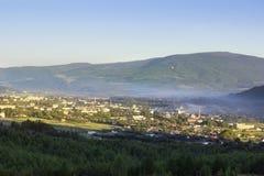 Paisagem do montanhas verdes de Carpathians com casas pequenas Imagem de Stock