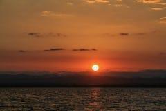 Paisagem do nascer do sol com o céu azul no lago com nebuloso Imagens de Stock Royalty Free
