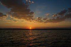 Paisagem do nascer do sol com o céu azul no lago com nebuloso Fotografia de Stock