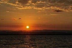 Paisagem do nascer do sol com o céu azul no lago com nebuloso Imagem de Stock