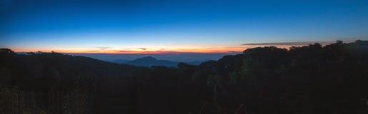 Paisagem do nascer do sol sobre montanhas enevoadas na manhã em Chia Fotos de Stock