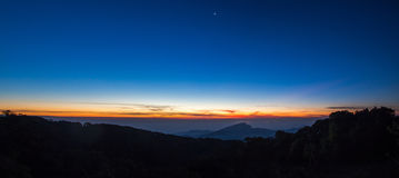 Paisagem do nascer do sol sobre montanhas enevoadas na manhã em Chia Imagens de Stock