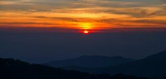 Paisagem do nascer do sol sobre montanhas enevoadas na manhã em Chia Fotografia de Stock