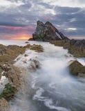 Paisagem do nascer do sol da rocha da curva-fidle na costa de Escócia na manhã nebulosa imagens de stock