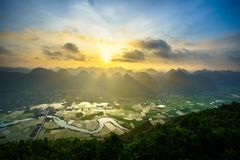 Paisagem do nascer do sol de Vietname com campo e montanha do arroz no vale de Bac Son em Vietname imagem de stock