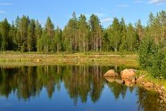 Paisagem do norte Lago fabuloso da floresta Finlandia, Lapland foto de stock