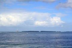 Paisagem do oceano do barco na água em Islamorada nas chaves de Florida Imagens de Stock Royalty Free