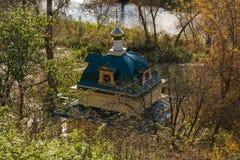 Paisagem do outono, capela na floresta entre árvores, rios, associação do mergulho Fotos de Stock