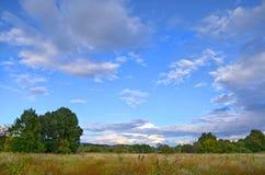 Paisagem do outono com baixas nuvens fotos de stock