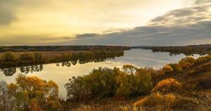 Paisagem do outono com curvatura do rio fotos de stock