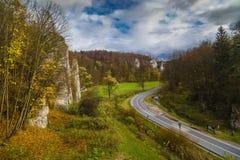 Paisagem do outono com estrada e rochas Fotografia de Stock