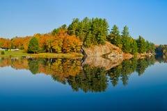 Paisagem do outono com reflexão Fotos de Stock Royalty Free