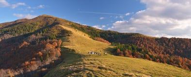 Paisagem do outono com uma aldeia da montanha fotografia de stock royalty free